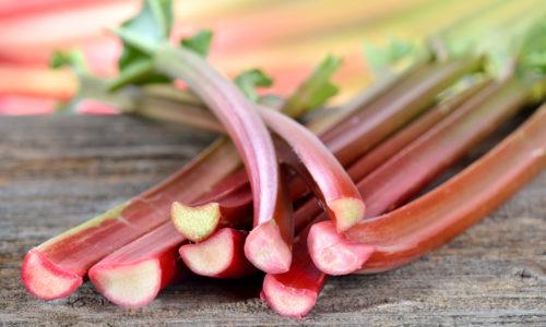 Rabarbra- og jordbærkompott med bringebær, mandelsmuler og marengs